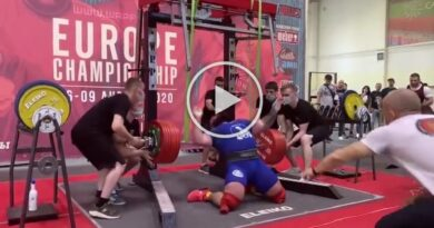 Russian weightlifter broke both knees while trying to squat 400kg